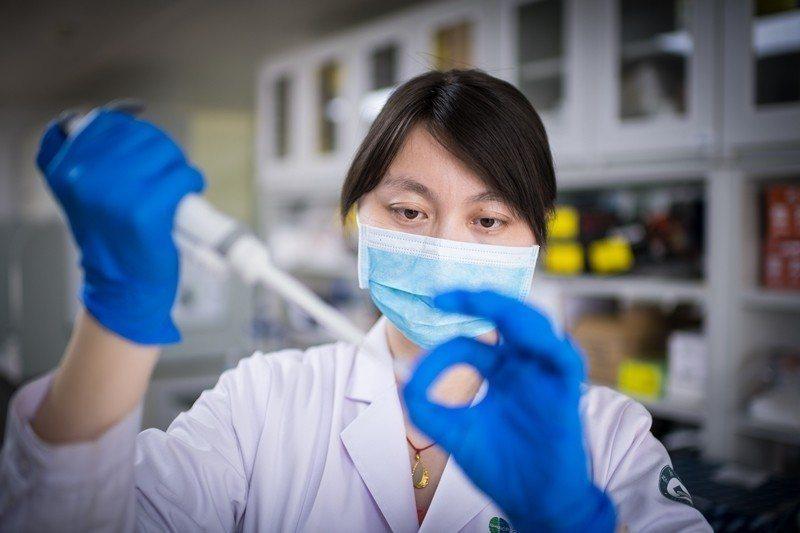 用基因編輯來修飾親代胚胎幹細胞,那麼任何基因改變就都可以永久蝕刻在人類基因組中。...