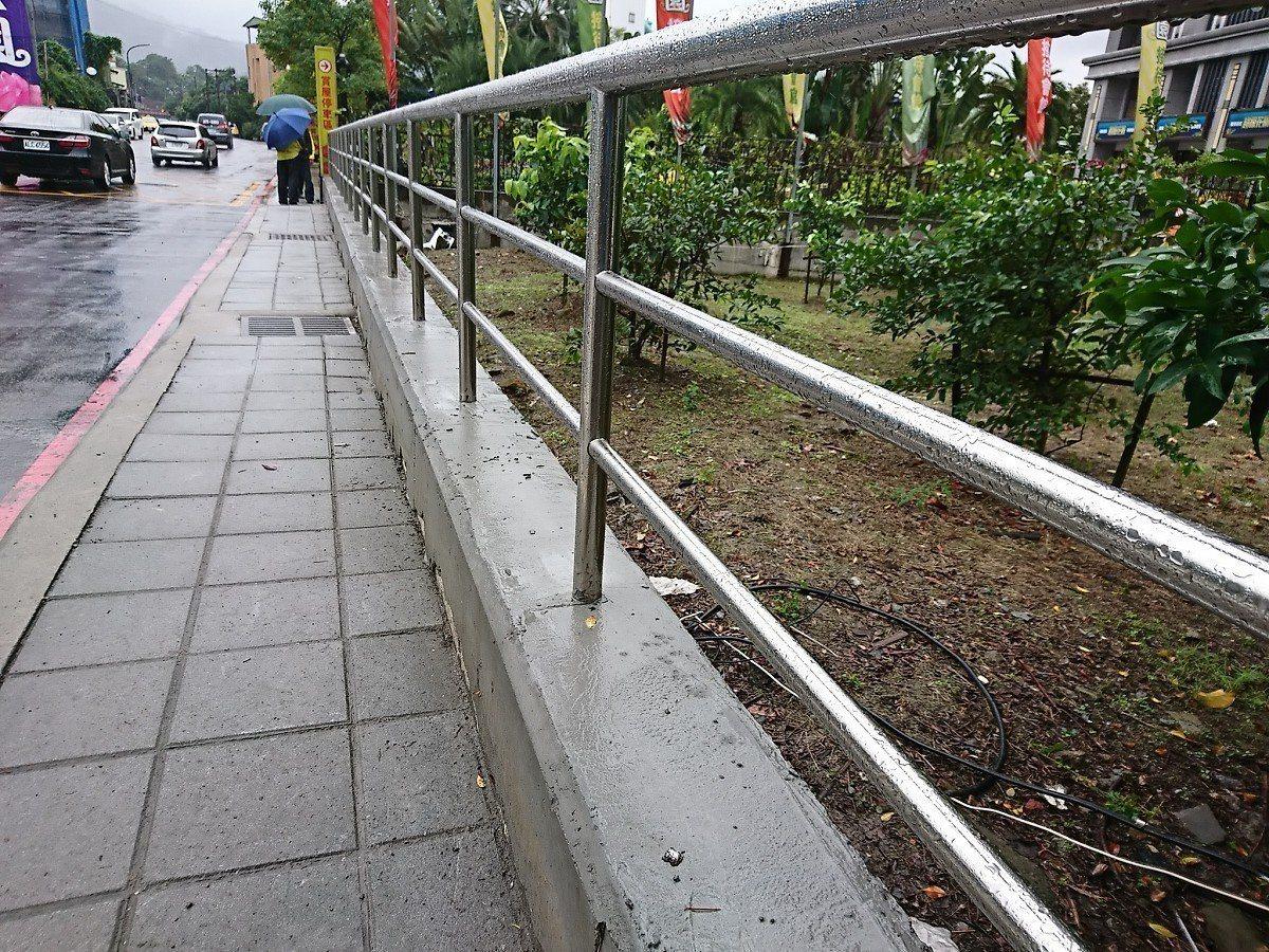 汐止區樟樹二路靠近工建路口經常發生擦撞意外,現在白色矮牆拆掉,改為鏤空的鐵欄杆,...