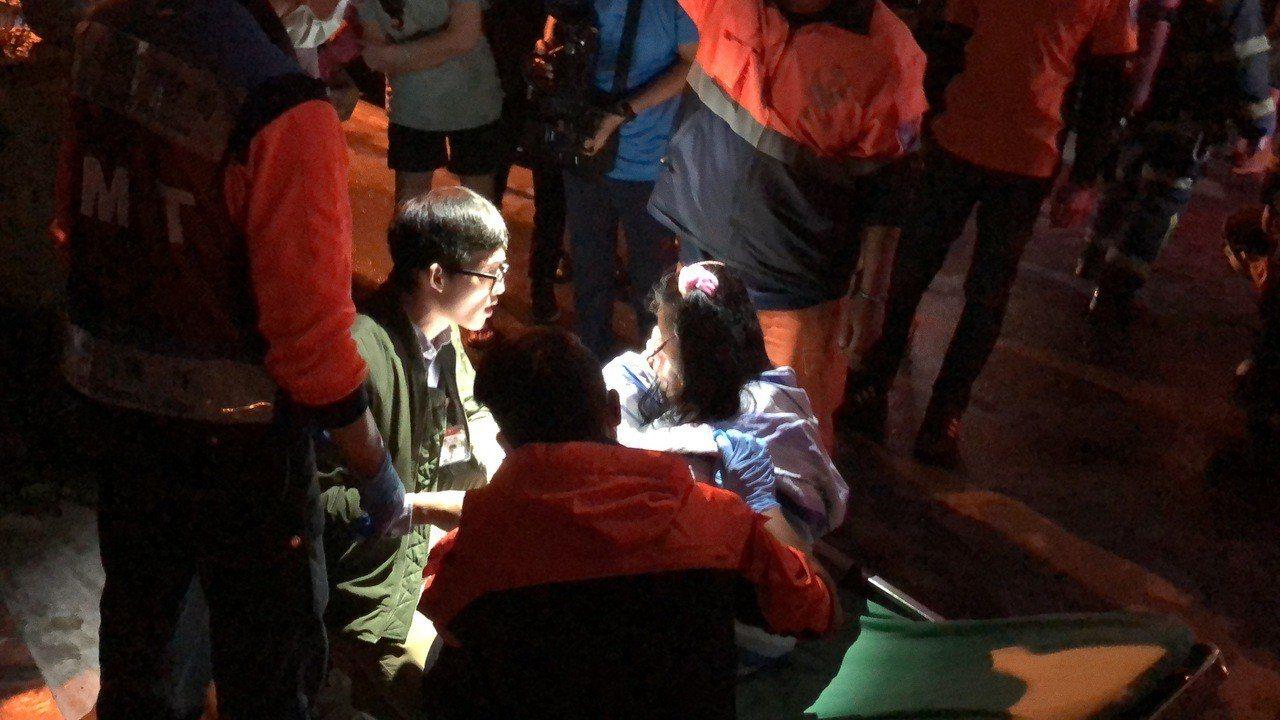 新樓醫院醫護人員擔任義消,到場協助送醫,所幸少女並無大礙。記者邵心杰/攝影