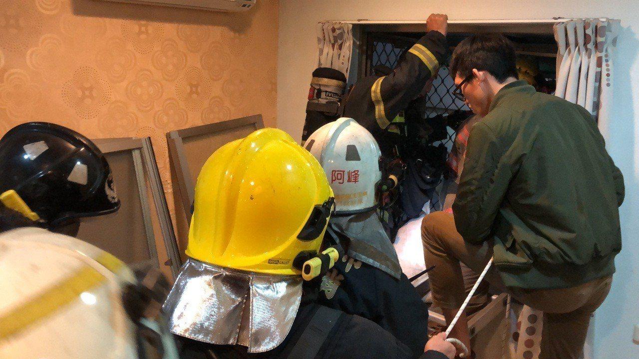 搶救人員以繩索將她綁住,再以掛梯固定輔助,花了30多分鐘慢慢將她從窗戶拉了進來。...