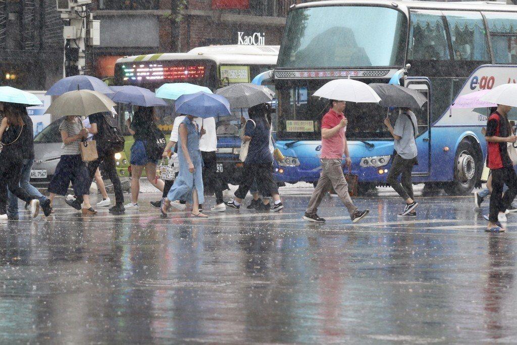 迎風面受地形抬升,將有持續性的降雨,在新北市、桃園、新竹、宜蘭及花蓮都很明顯。 ...
