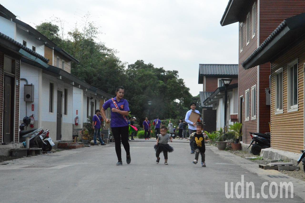 大人陪著小孩在新部落奔跑。記者施鴻基/攝影