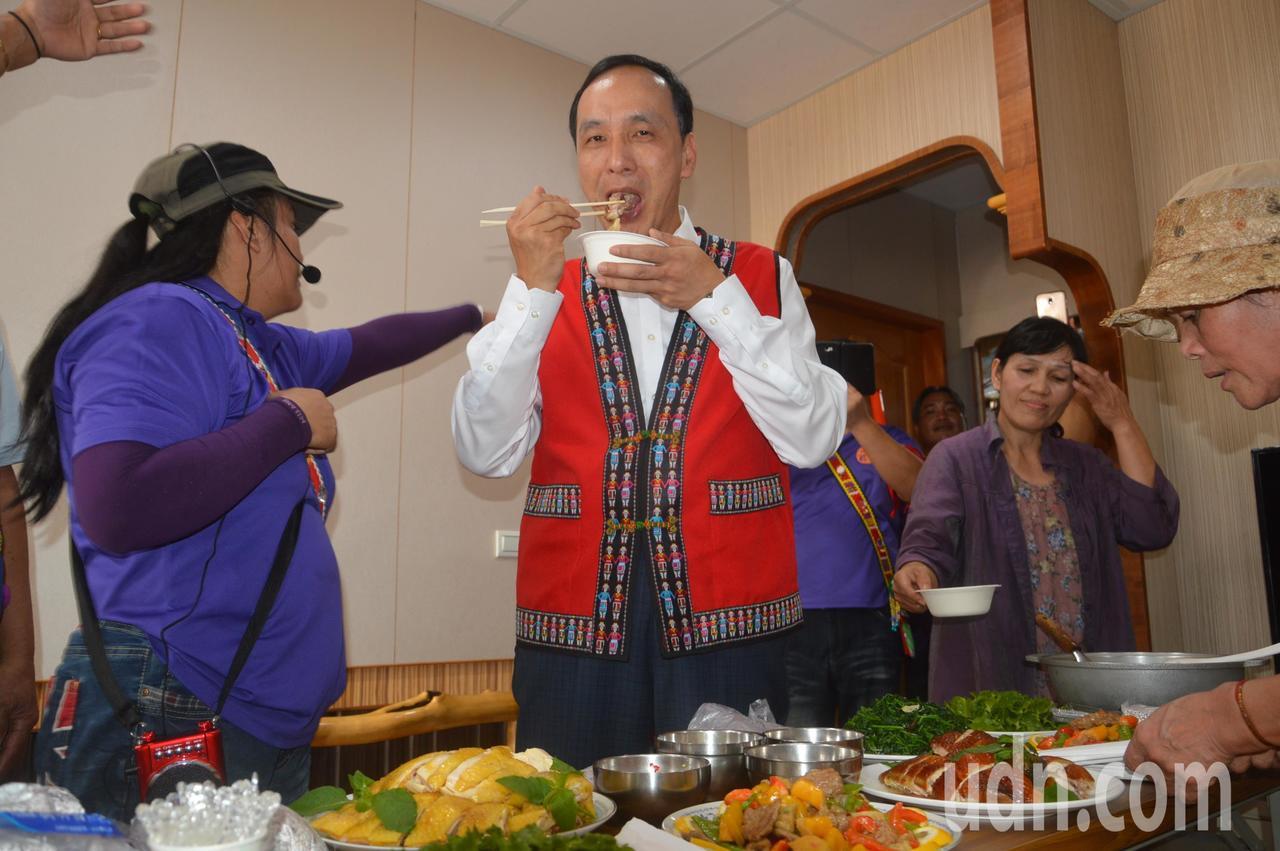朱立倫受邀參觀三鶯部落自製住屋,受到熱情招待。記者施鴻基/攝影