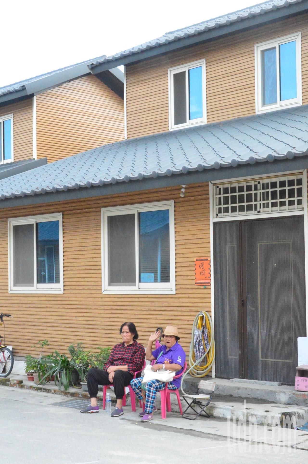 老人家在自家前曬太陽聊天。記者施鴻基/攝影