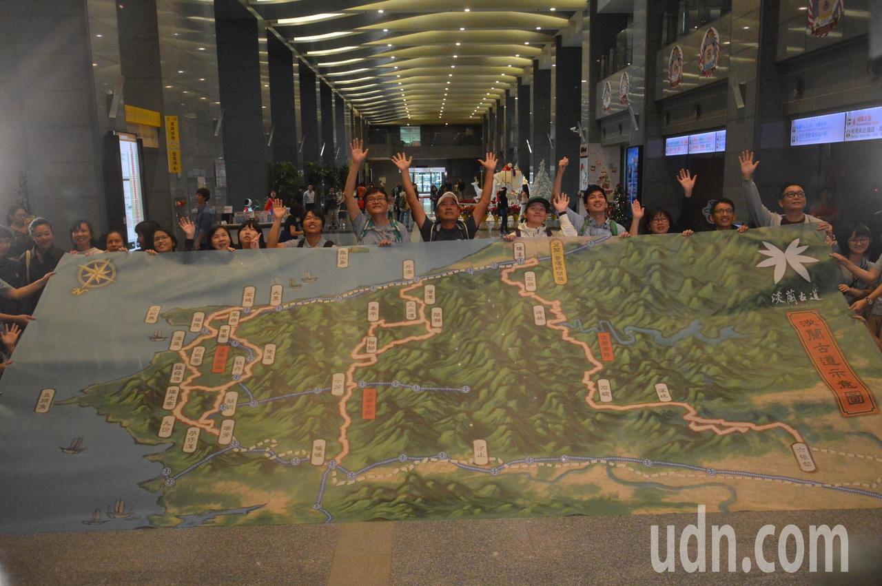 眾人合力攤開淡蘭古道大地圖。記者施鴻基/攝影