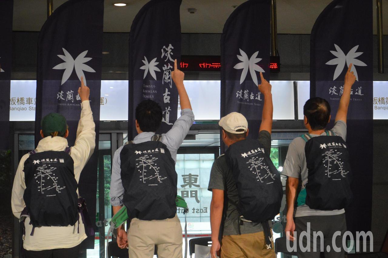 觀旅局長陳國君(右一)等人背著背包出發去。記者施鴻基/攝影