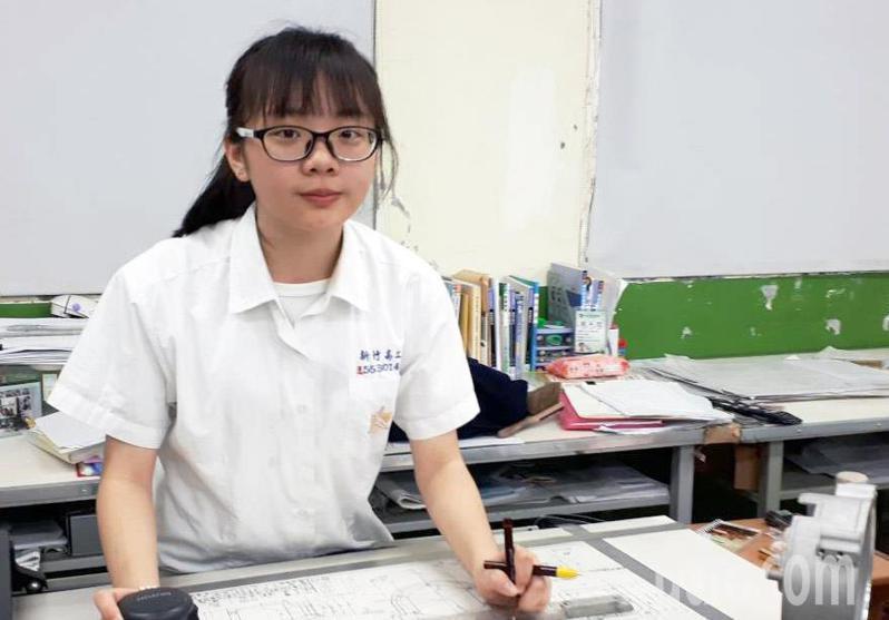 家境清寒的新竹高工夜校學生葉麗娟,家境困苦,曾一周僅吃一顆高麗菜果腹,但她不被困境打倒努力學習,參加全國中等學校技藝競賽勇奪冠軍。記者郭宣彣/攝影