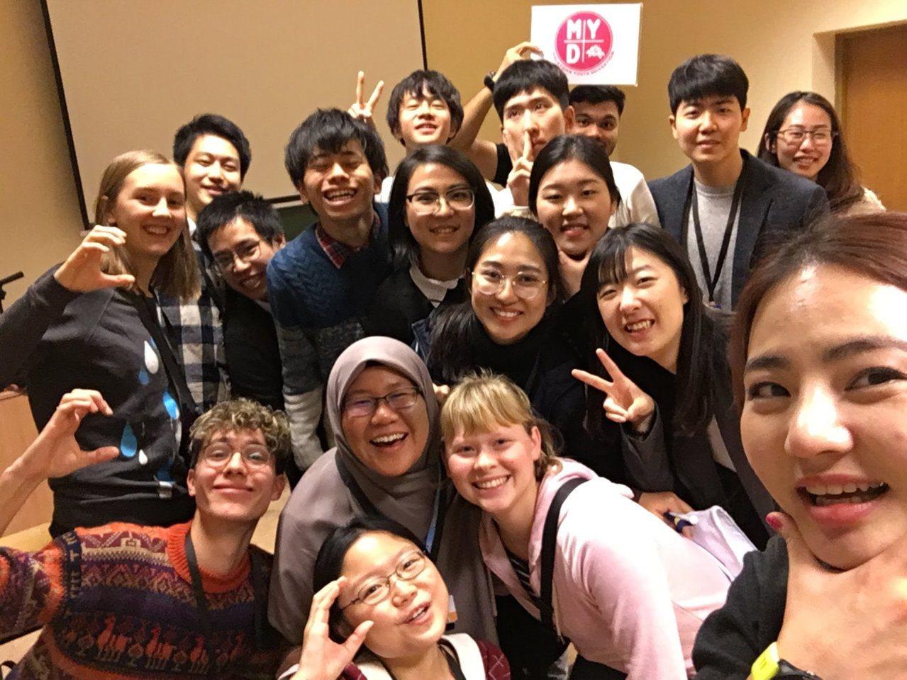 台灣青年氣候聯盟在聯合國波蘭氣候大會上,與各國青年互動。圖/台灣青年氣候聯盟提供
