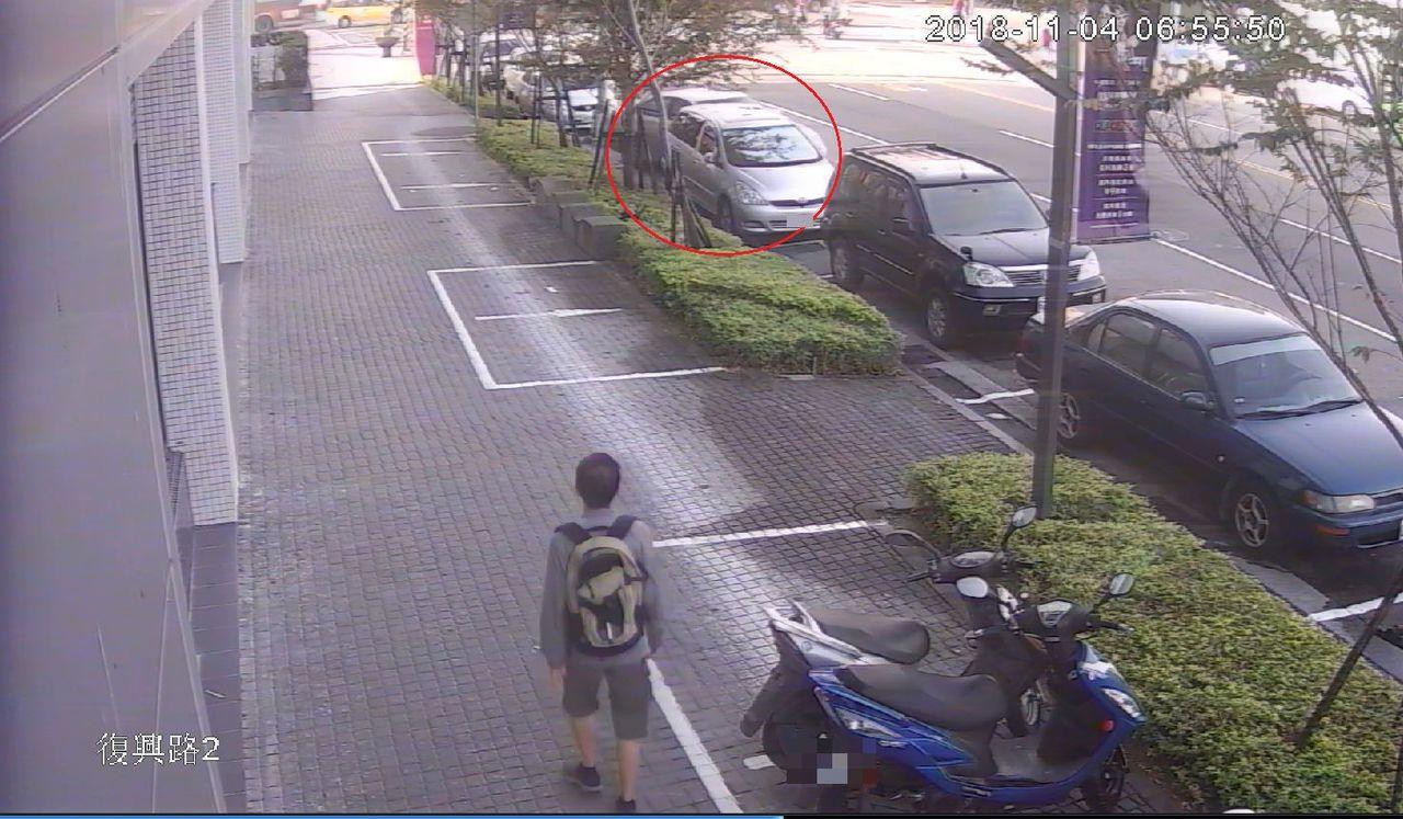 陳男移出車輛時,前方轎車明顯遭受碰撞晃動。記者林佩均/翻攝