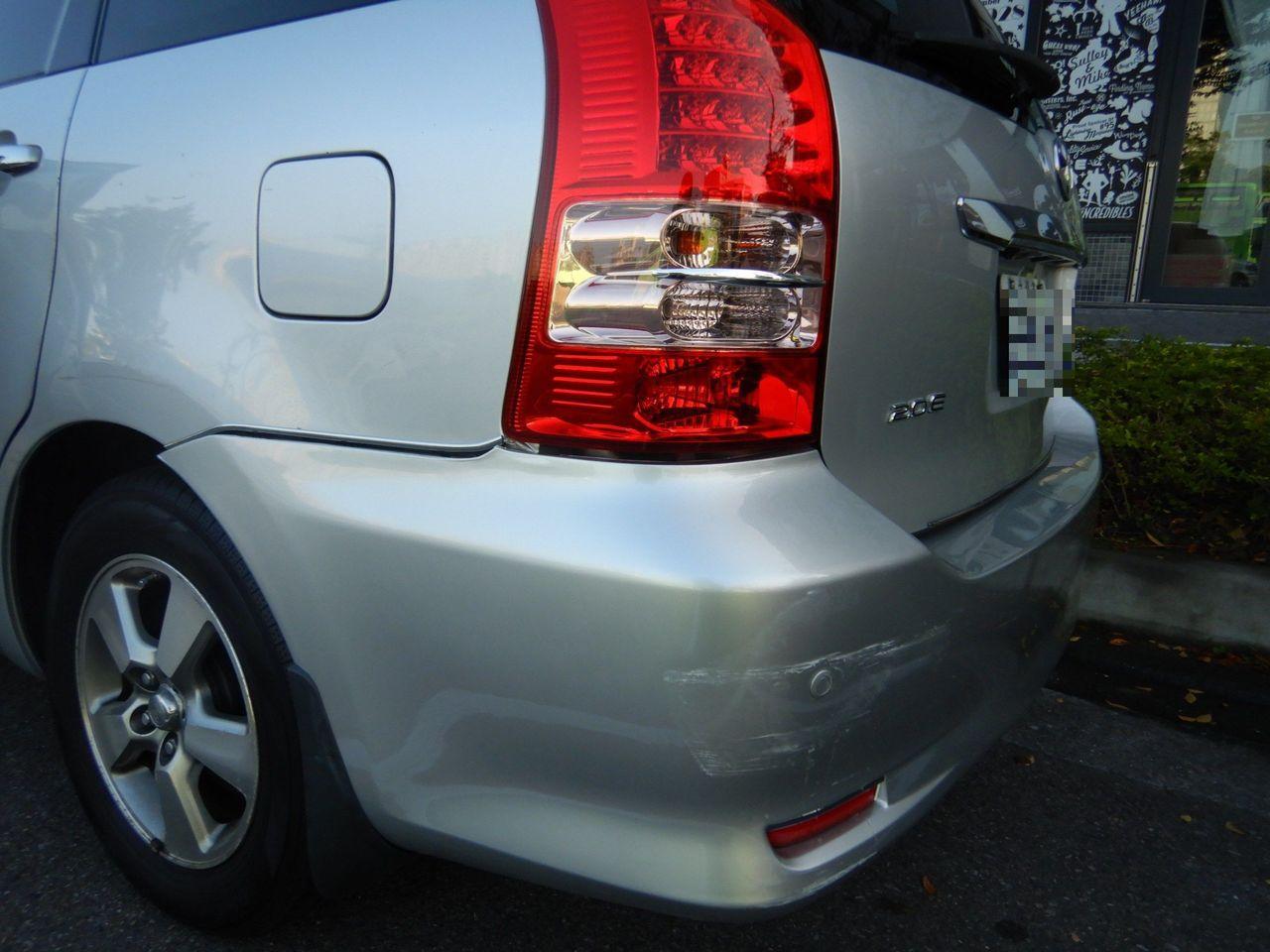 台中市張男牽車時發現,左後保險桿有擦撞痕跡,憤而報警。記者林佩均/翻攝