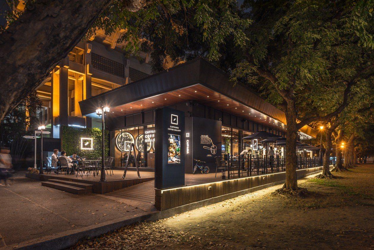 卡啡那文化探索館旗艦店在夜裡又有不同的光影氛圍。圖/卡啡那提供