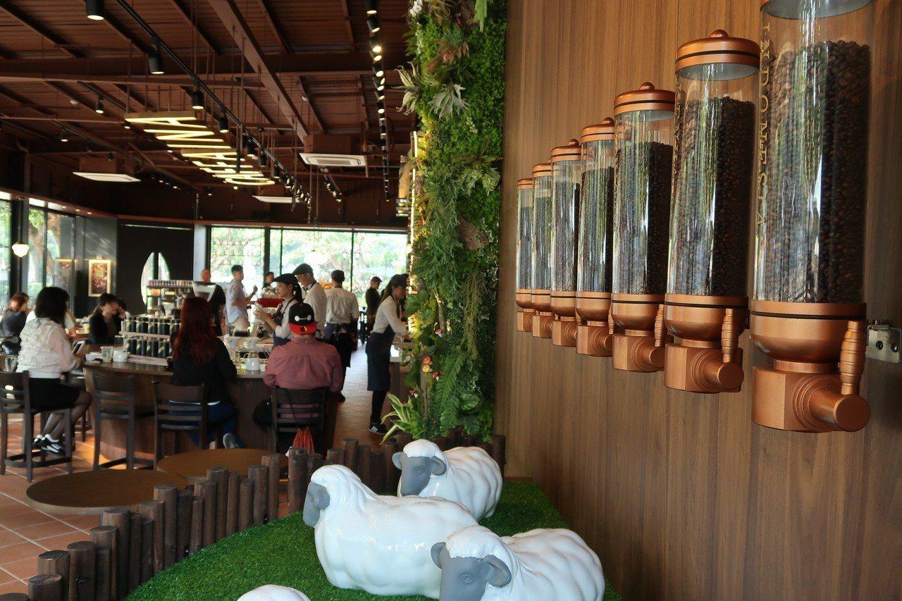 卡啡那文化探索館旗艦店進駐高雄文化中心西苑。記者徐如宜/攝影