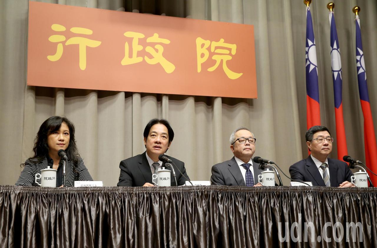 行政院上午召開記者會,院長賴清德(左二)、秘書長卓榮泰(右一)、副院長施俊吉(右...