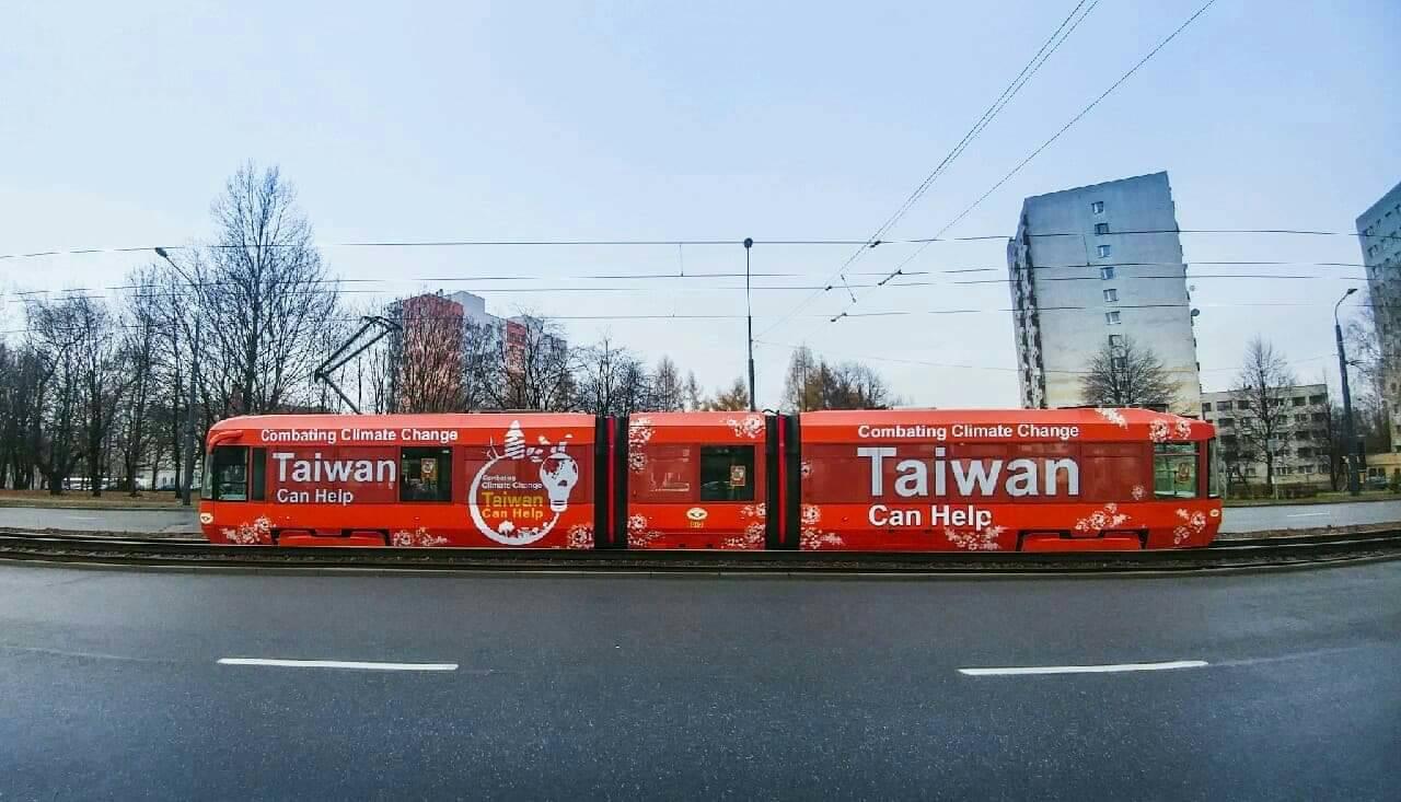 台灣外交部設計的電車廣告,穿梭在波蘭卡托維治街頭。圖/外交部提供