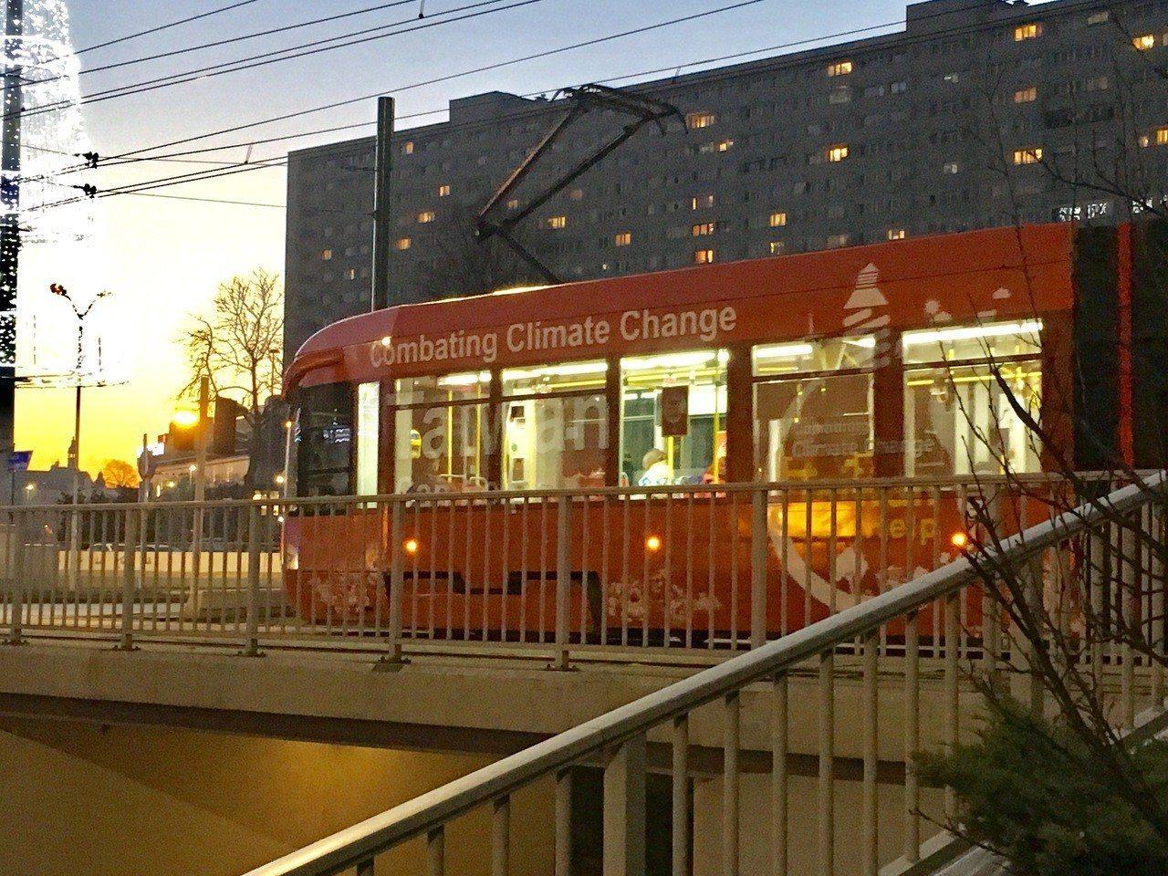 台灣外交部設計的電車廣告,穿梭在波蘭卡托維治街頭。記者吳姿賢/攝影
