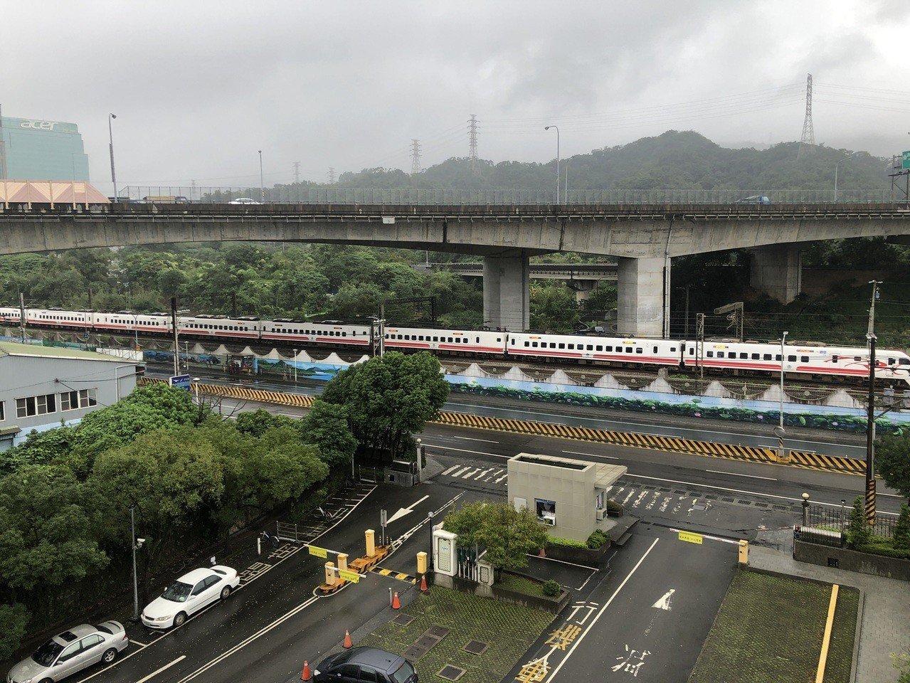 台鐵普悠瑪號列車一度停在汐科站外。記者陳易辰 / 攝影