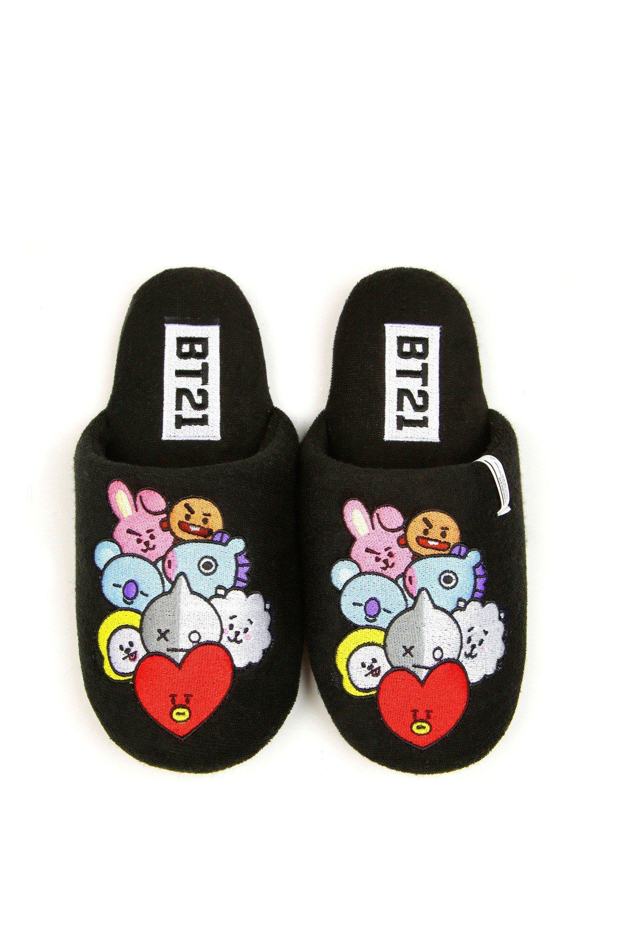 BT21與:CHOCOOLATE聯名系列拖鞋,1,559元。圖/I.T提供