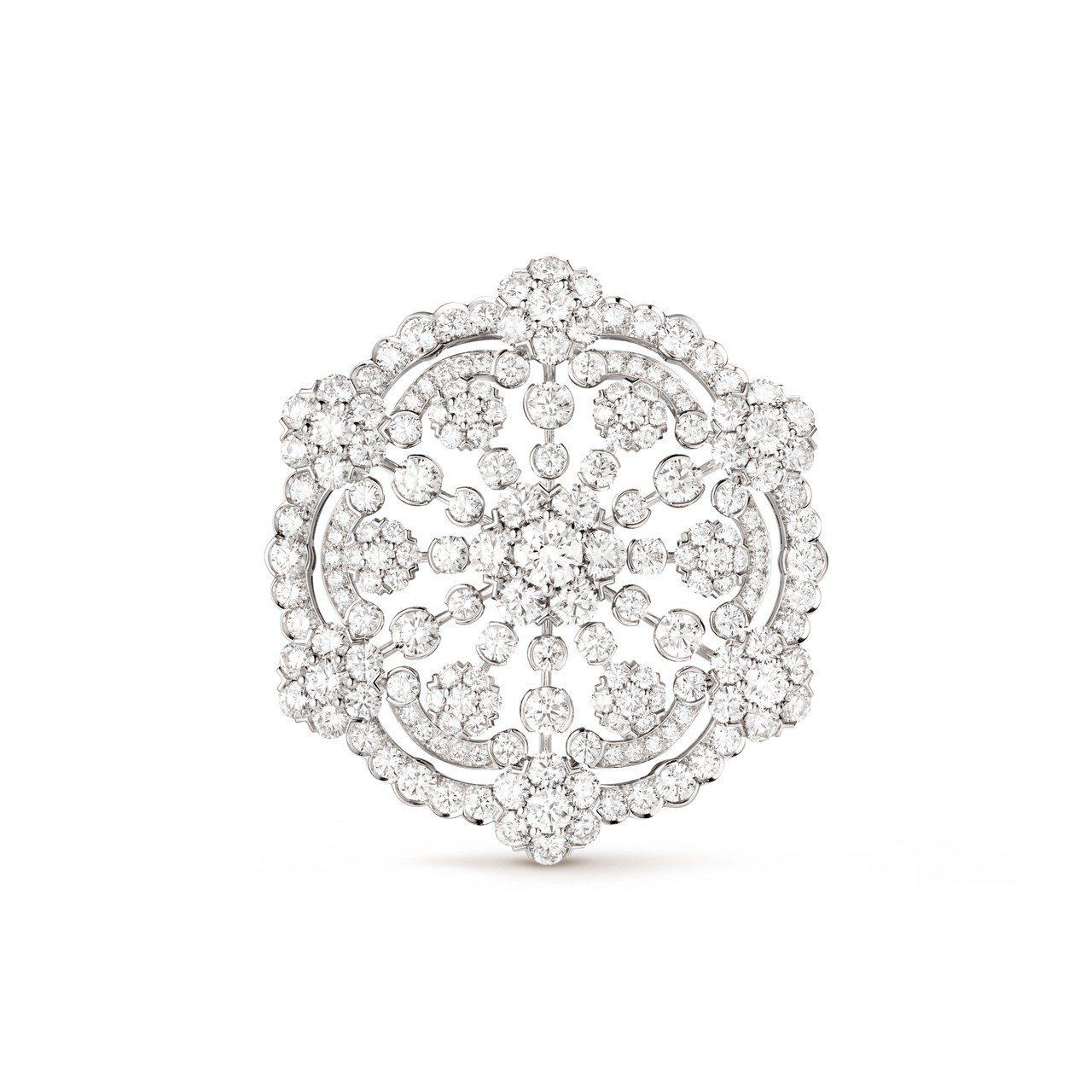 梵克雅寶Snowflake胸針可當作吊墜配戴,鉑金與白K金鑲嵌鑽石,價格店洽。圖...