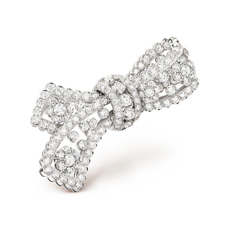 梵克雅寶Snowflake蝴蝶結胸針,鉑金與白K金鑲嵌鑽石,價格店洽。圖/梵克雅...