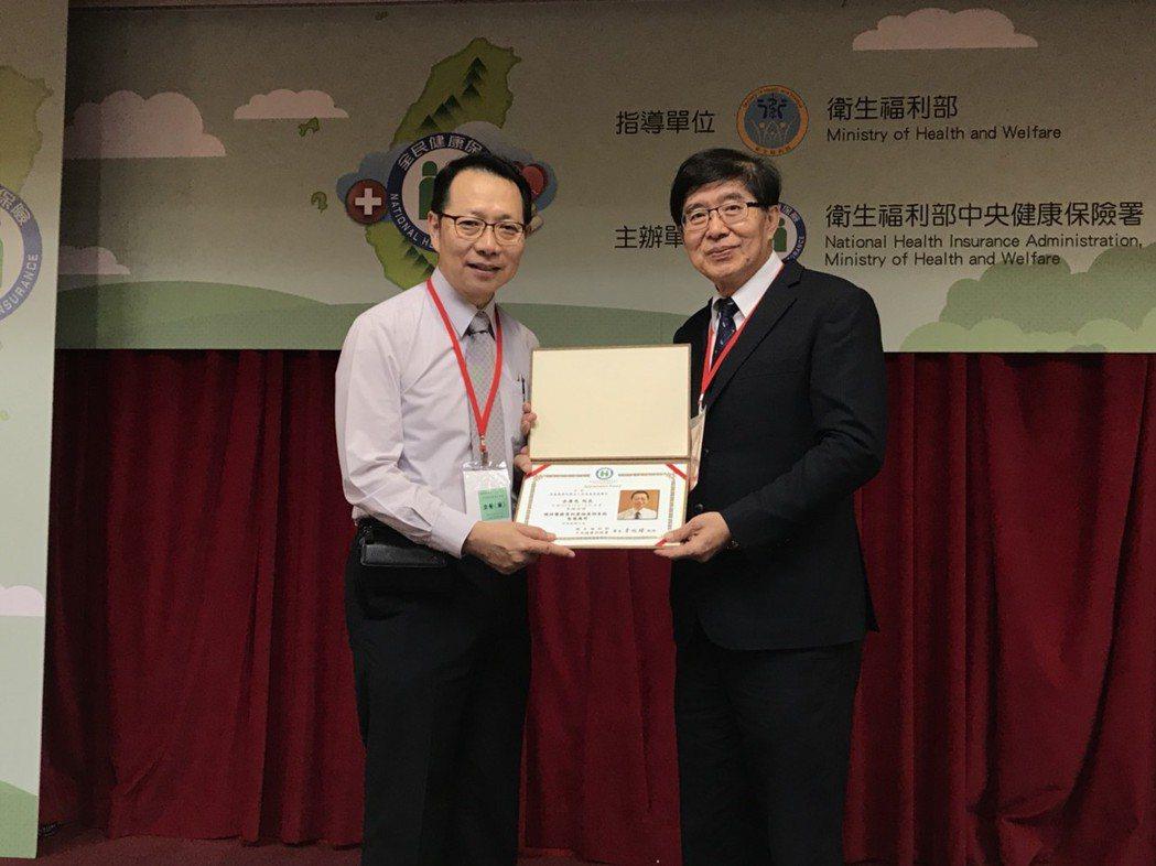 健保署長李伯璋(圖左)表示,健保醫療資訊雲端查詢系統創新技術,擴增「疑似藥品療效...