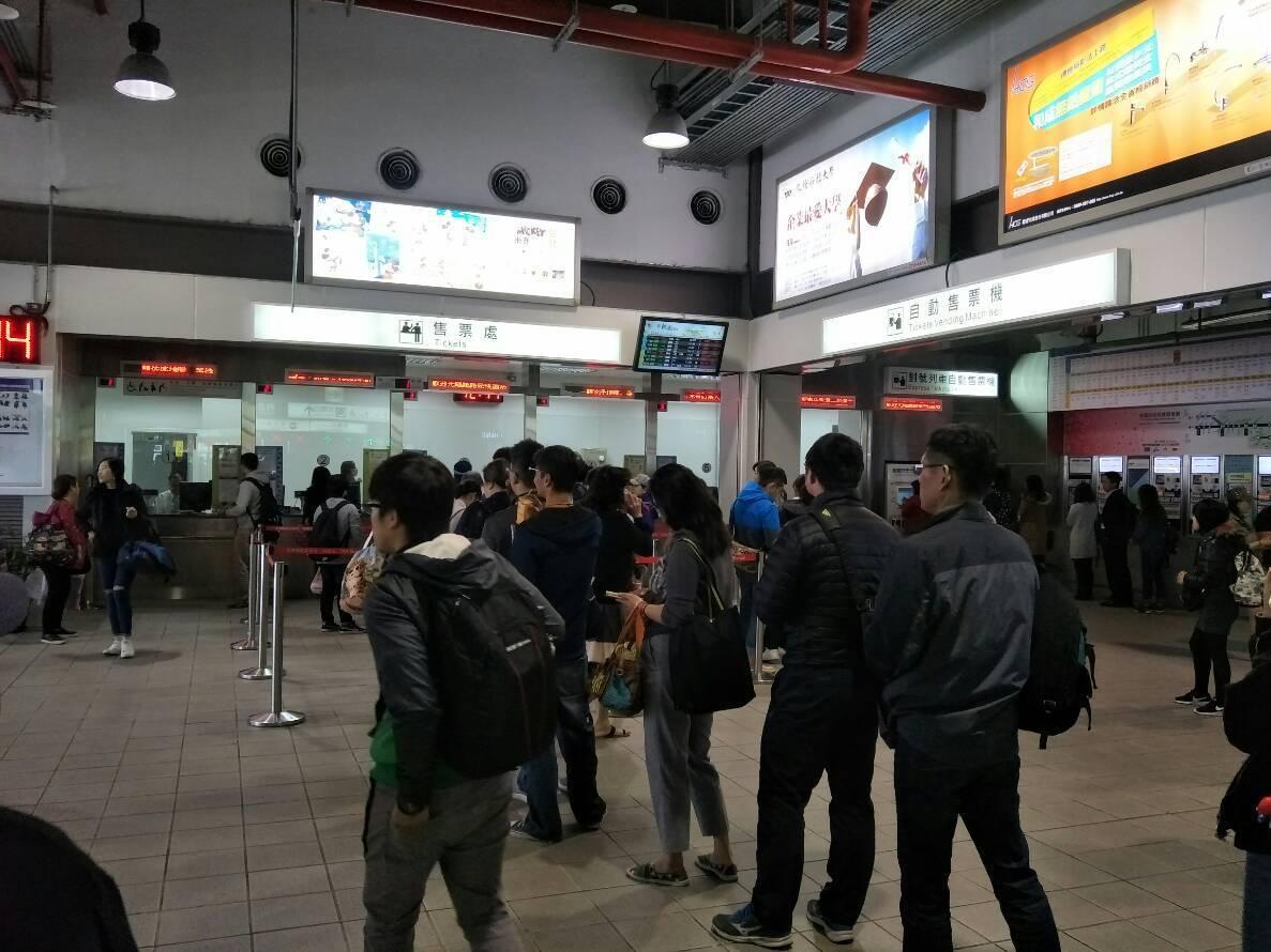 列車遲遲不進站,旅客難耐誤點紛紛退票。圖/讀者提供