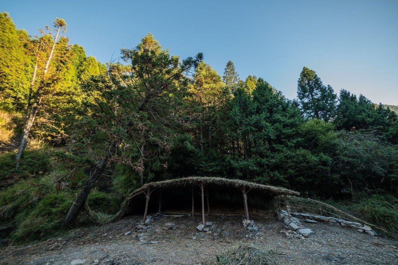 地景藝術家李蕢至與小朋友們,以實用的目標為發想,選擇了「河流」、「獵刀」的意象,...