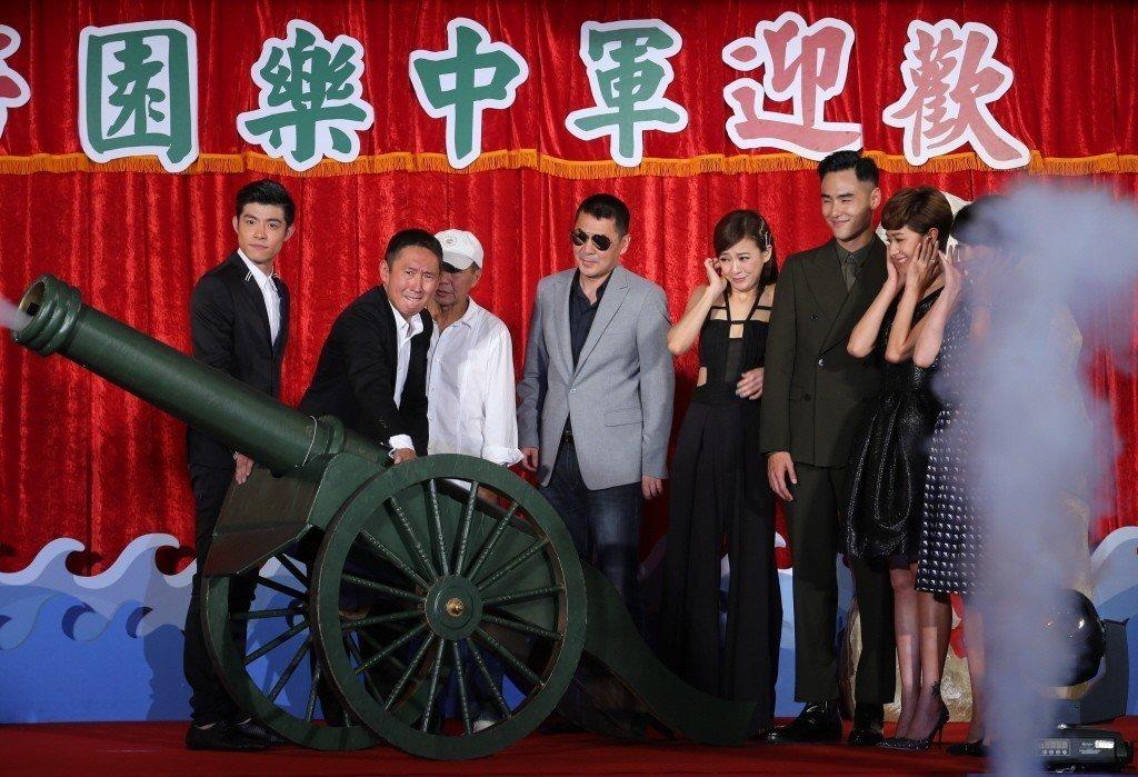 爭議不斷的電影「軍中樂園」,當時在信義威秀影城舉辦首映會,導演鈕承澤(左二)與片...