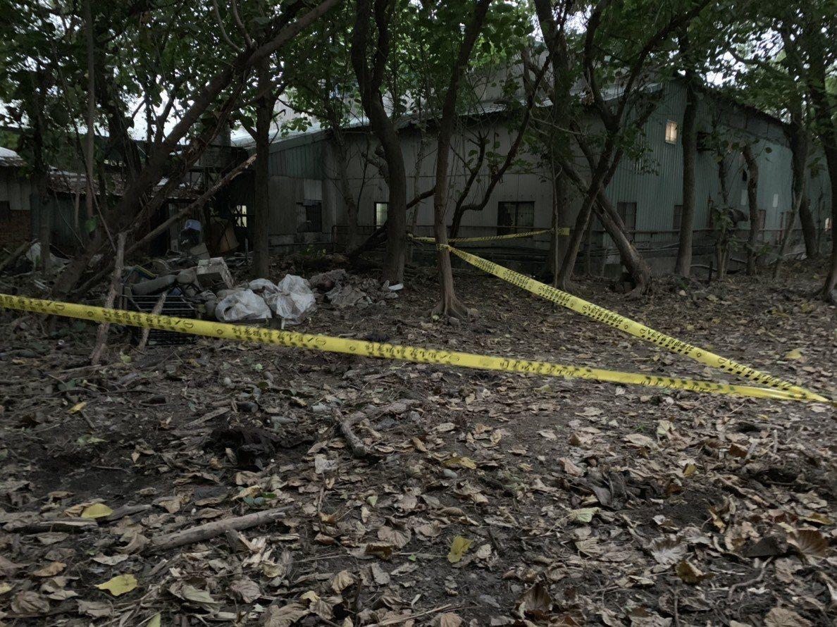 樹林警方對遺骸發現現場進行封鎖採證,還要調查男子死因。記者巫鴻瑋/翻攝