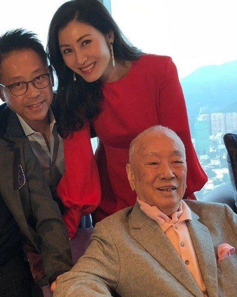 李嘉欣(右)與許晉亨(左)與公公的感情極好。圖/摘自IG