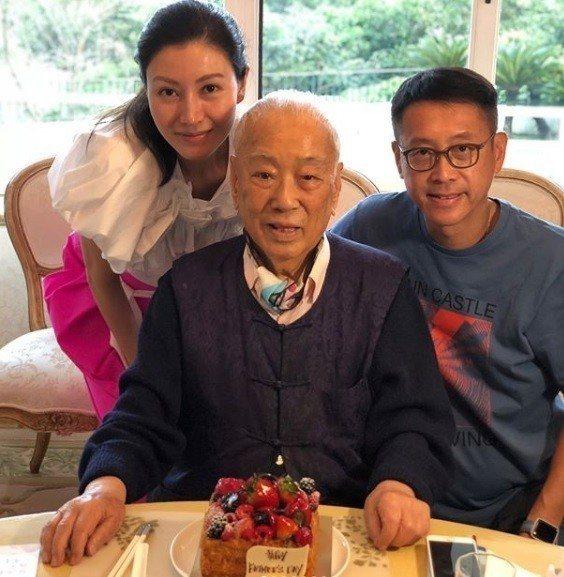 李嘉欣(左)與許晉亨(右)今年才幫公公慶祝父親節。圖/摘自IG