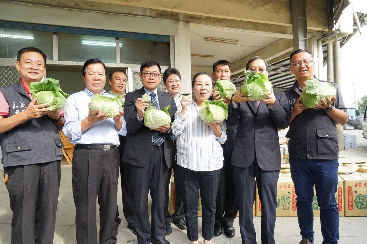 遠百採購500箱嘉義縣當令高麗菜、青花菜。圖/遠百提供
