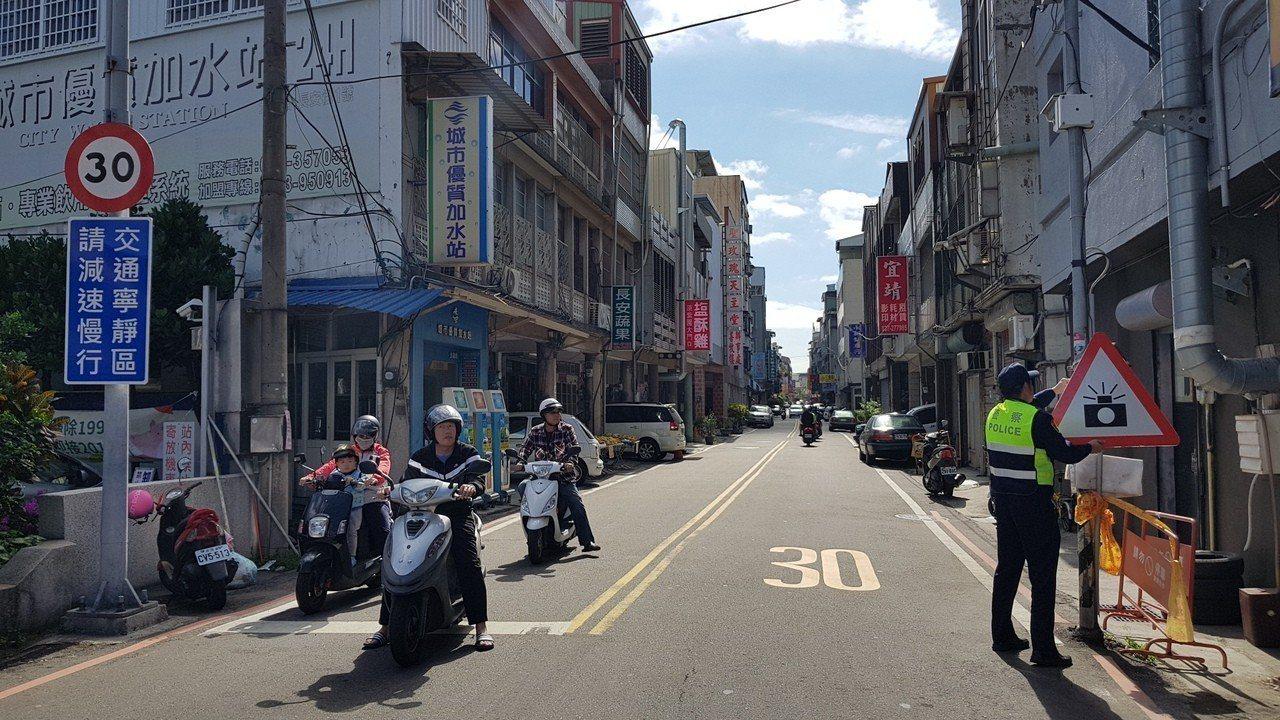 交通寧靜區內所有道路速限30公里,警方今起利用數位式雷達測照設備加強取締超速。記...