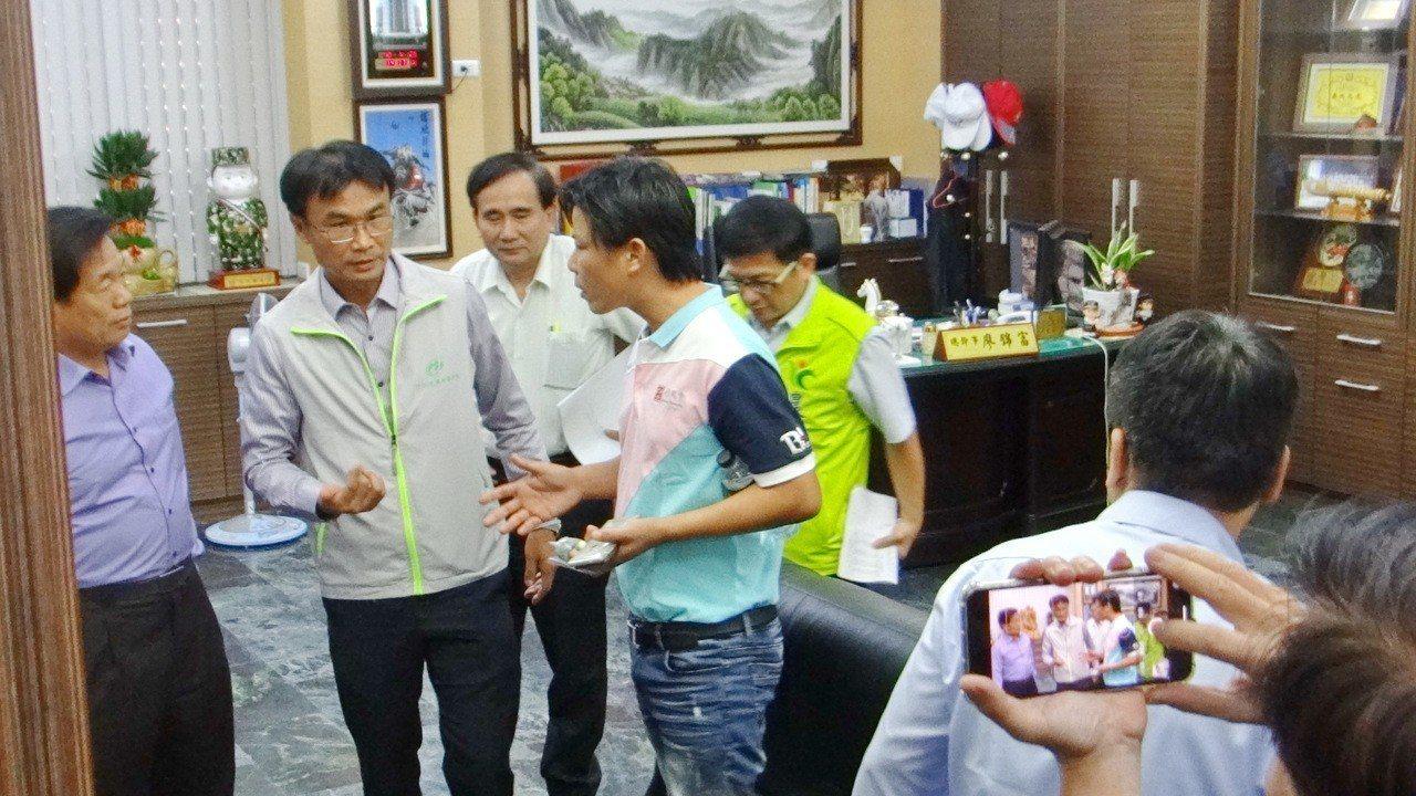 農民林佳新(左四)向陳吉仲提出多項農改建言。記者蔡維斌/攝影