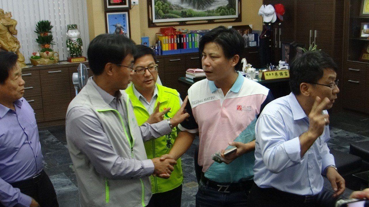 農民林佳新(右二)向陳吉仲提出多項農改建言。記者蔡維斌/攝影
