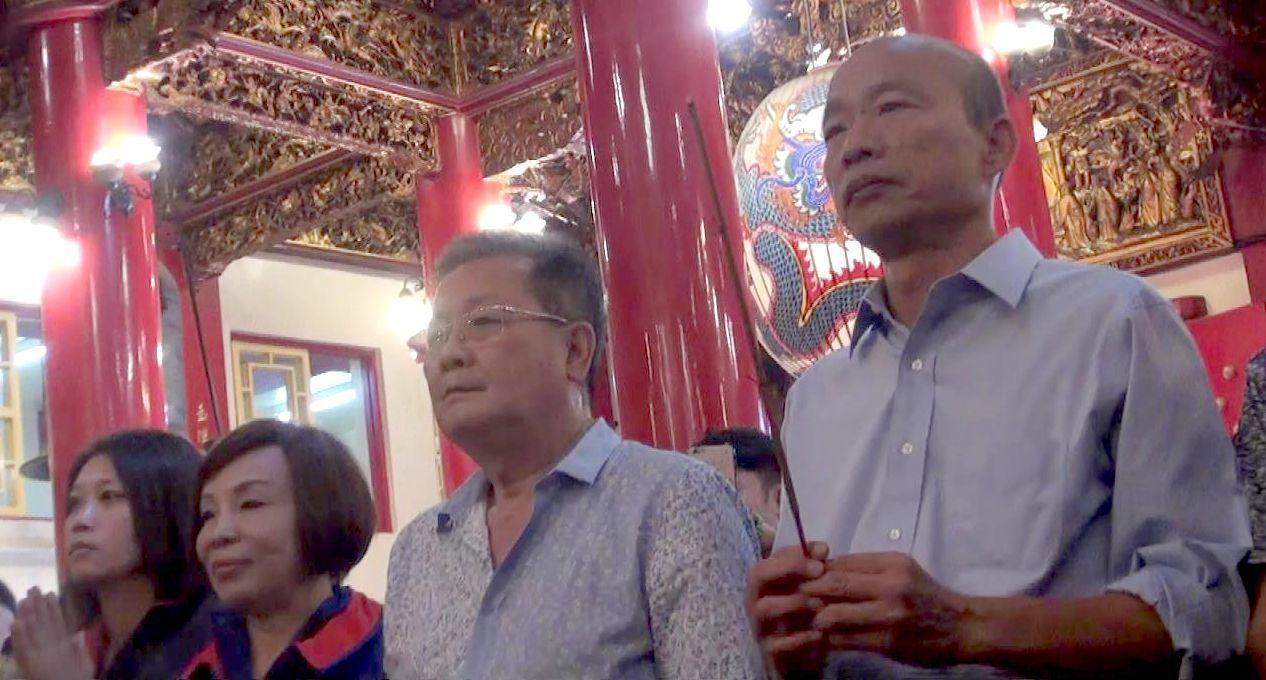 高雄市長當選人韓國瑜(右一)今天到三民區玉皇宮上香祈福。記者楊濡嘉/攝影