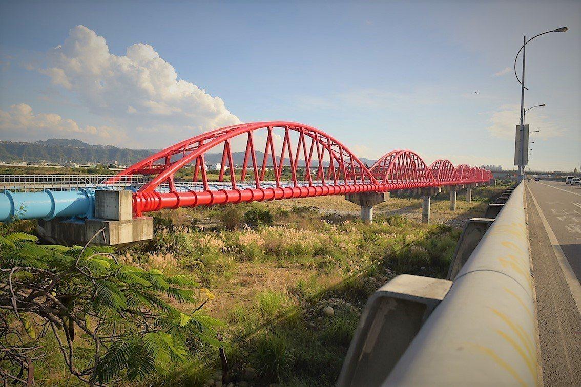 台中市后豐大橋旁的自來水拱型水管橋,最近換上新衣,煥然一新,成為后里地區的新地標...