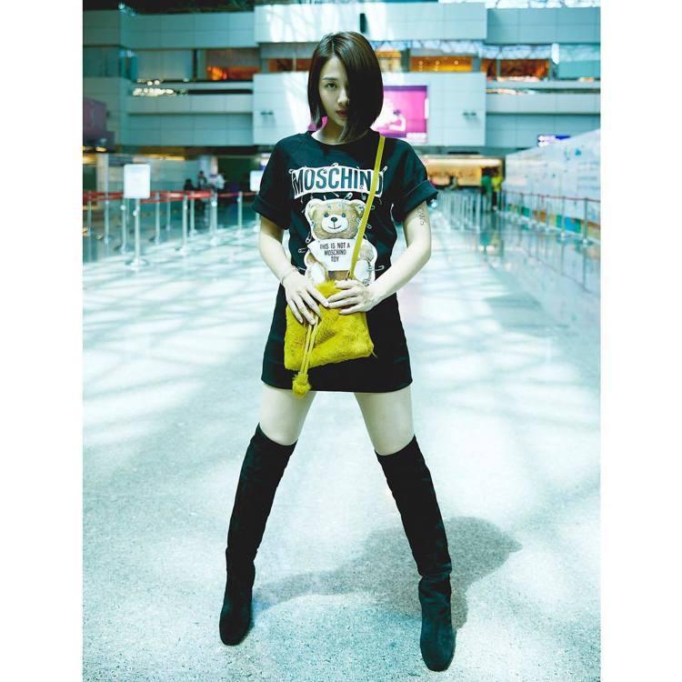 鬼鬼在機場穿搭選用了蜂蜜色Give Me A Hug水桶包。圖/取自IG