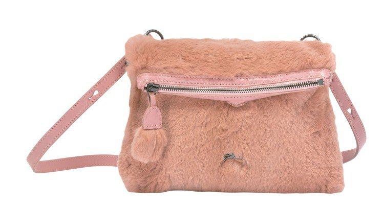 Give Me A Hug斜背袋(腮紅粉、天空藍),售價10,700元。圖/LO...
