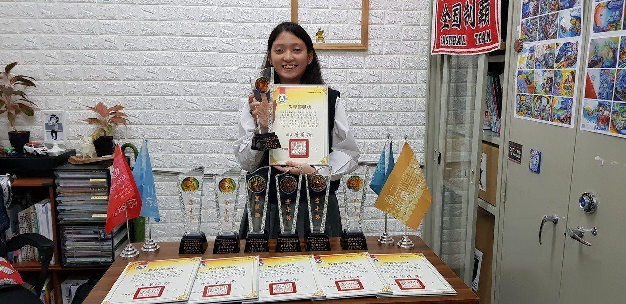 全國技藝競賽,二信高中廣設陳怡琳勇奪網頁設計全國第一名。圖/二信高中提供