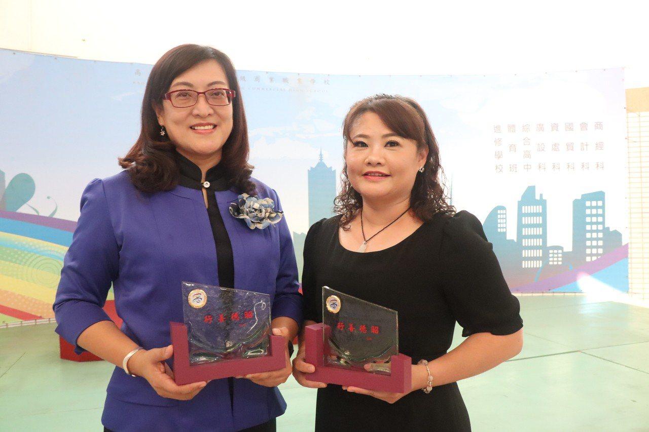 周珍主(左)與許玉鳳(右)獲全國社會教育貢獻獎。記者記者徐如宜/攝影