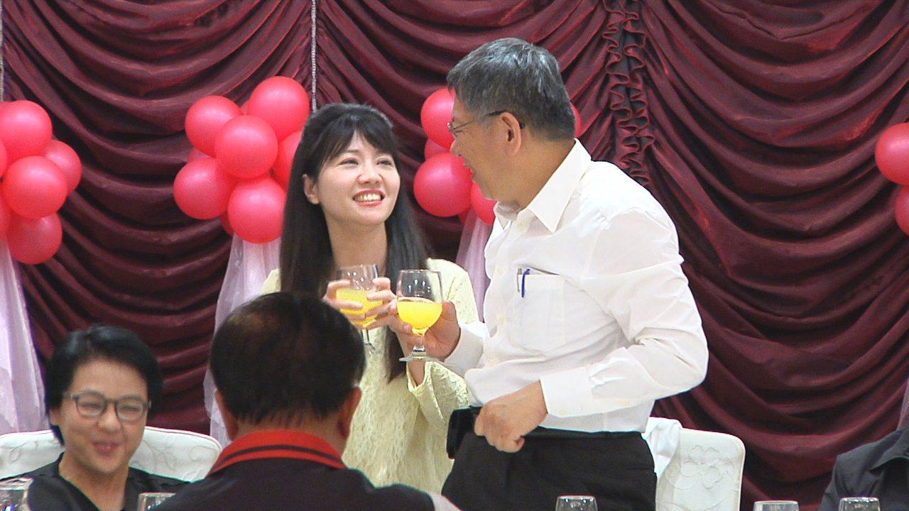 台北市長柯文哲昨天(6日)晚上宴請北市議員,民進黨議員高嘉瑜大方力挺,並且直接問...