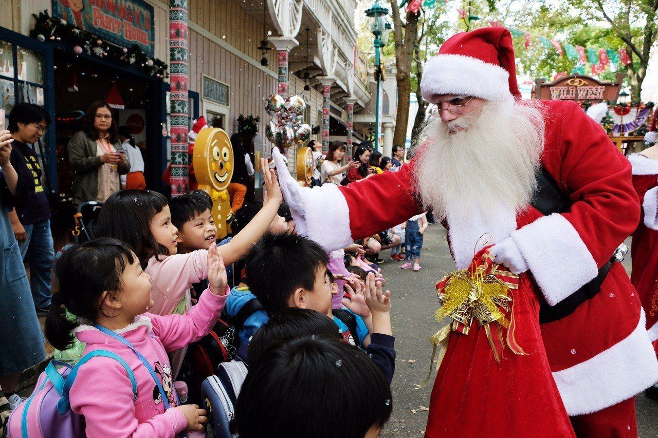 耶誕老公公現身遊行與遊客近距離互動,極受孩子們歡迎。圖/六福村提供