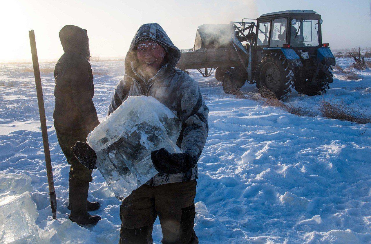俄羅斯雅庫特地區冬天時河川湖泊全結冰,當地民眾趁好天氣,頂著攝氏零下41度的超低...