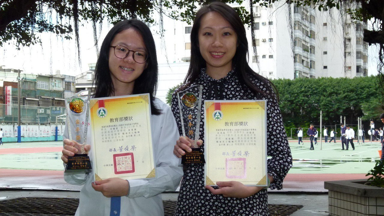 邱韻潔(左)參加全國商業類學生技藝競賽在「職場英文」職種拿下金手獎第一名,指導老...