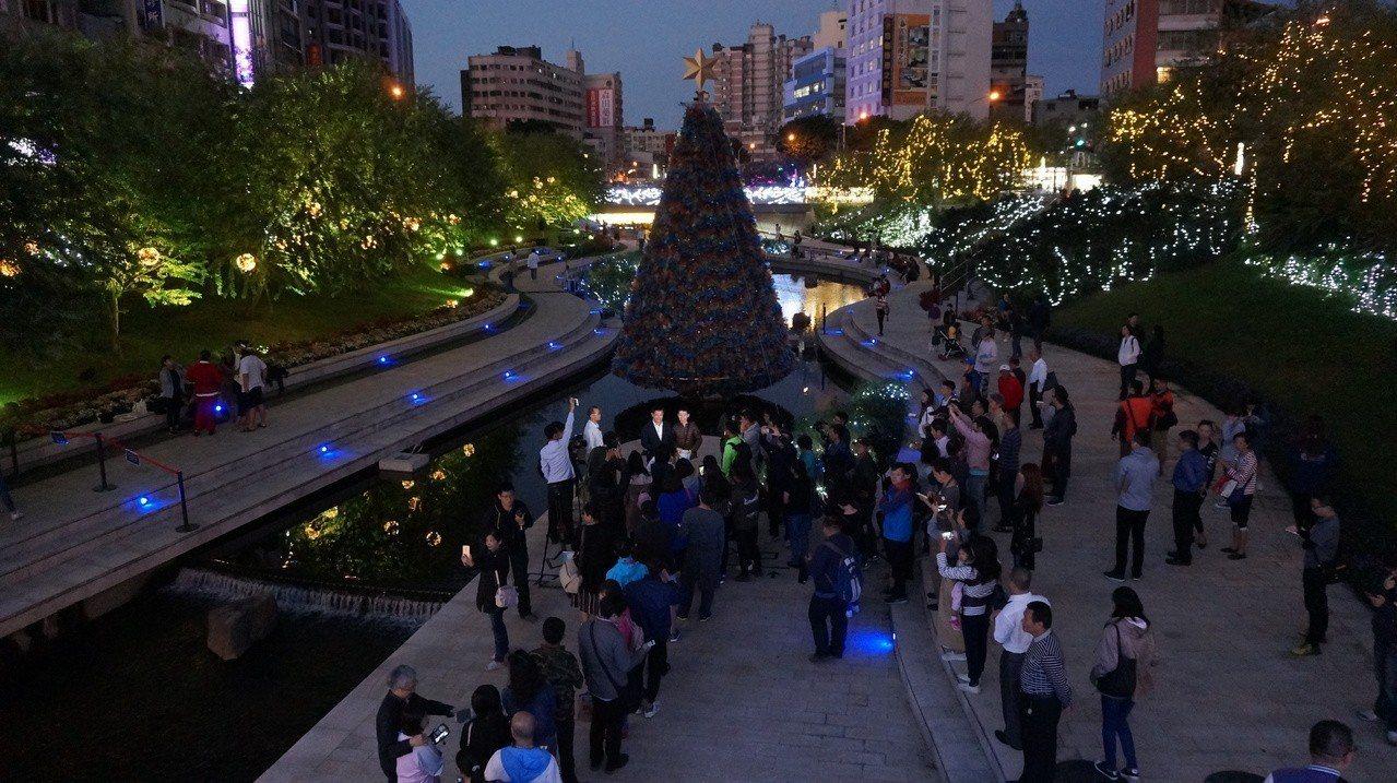 台中市長林佳龍今傍晚在柳川辦簽書會,大批粉絲排隊等簽名。記者洪敬浤/攝影