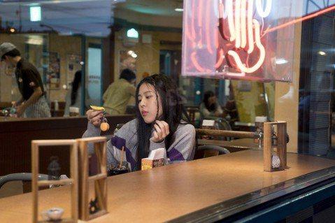 Erika劉艾立2018年全新專輯「天鵝說」已發行,新歌「哪邊涼快哪邊待」由獅子合唱團的吉他手鄒強為Erika打造,MV也赴沖繩拍攝,過程中Erika一路結交不少當地的朋友,包括素食餐車的夫妻、保齡...