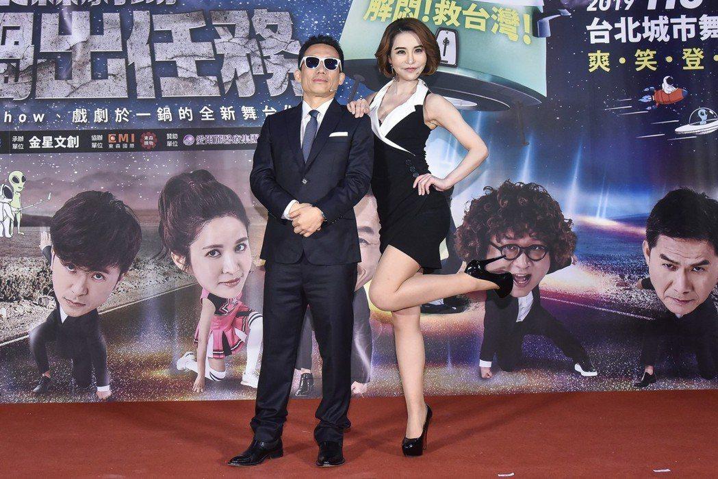 郭子乾(左)、斯容為舞台劇「悶鍋出任務」宣傳。圖/量子娛樂提供
