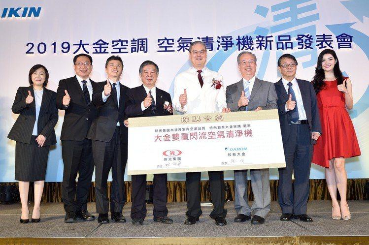 新光集團與大金空調於發表會中宣告簽約合作。圖/和泰興業提供