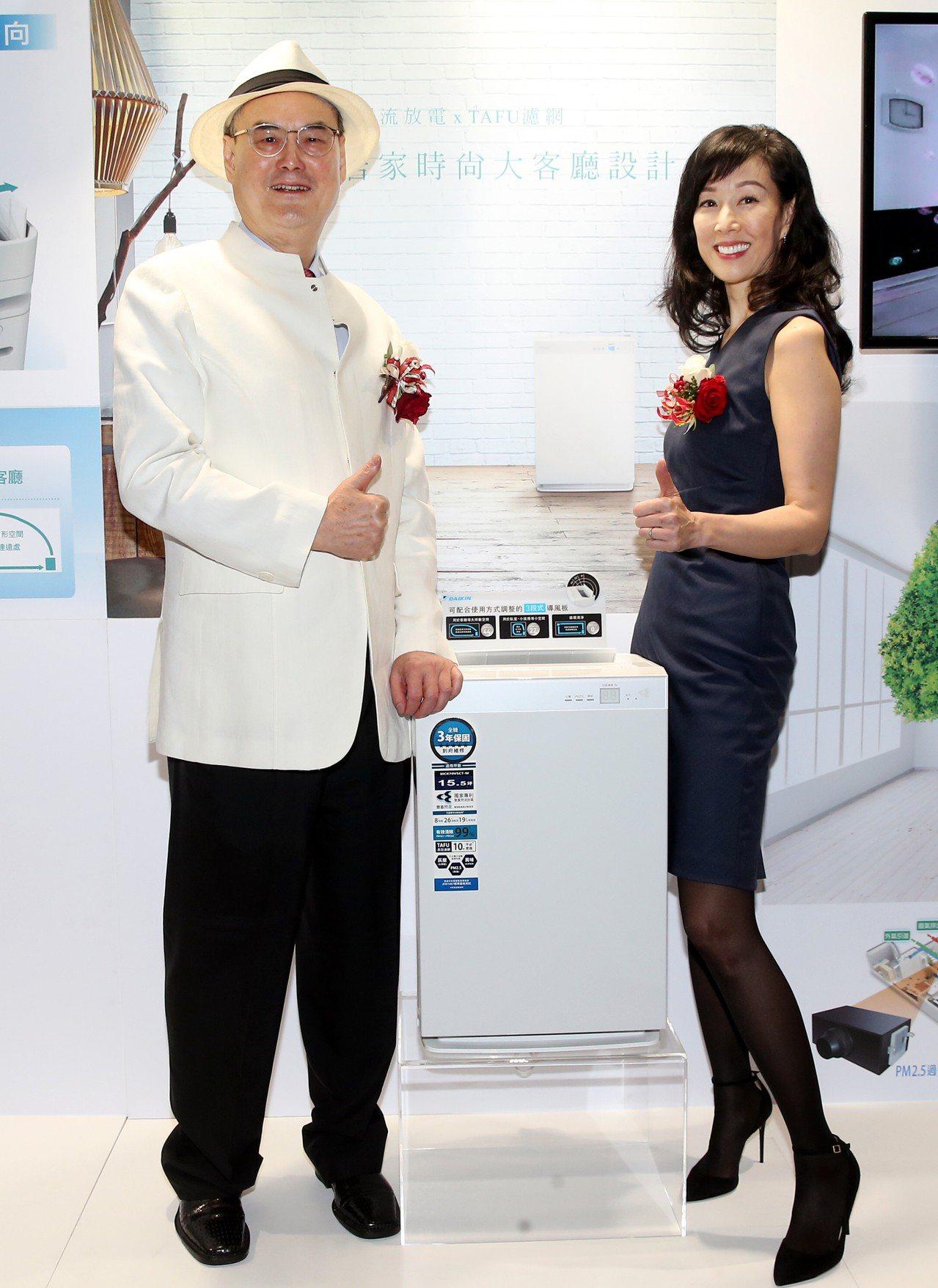 和泰興業董事長蘇一仲與女兒蘇加璐推薦DAIKIN全新頂級保濕空氣清淨機。記者徐兆...