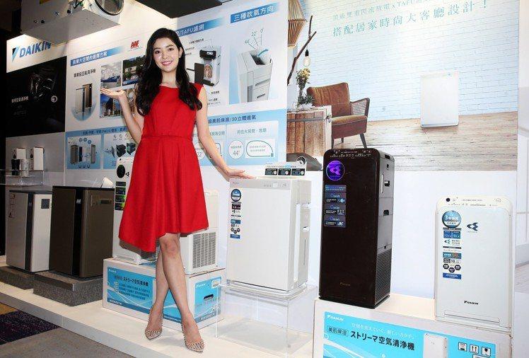 大金空調推出一系列使用閃流放電技術兼具美肌保濕功能的空氣清淨機。記者徐兆玄/攝影